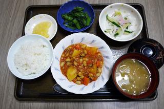 きょうのお昼ごはんは、ポークビーンズ・大根サラダ・ごま和え・みそ汁・くだものでした。