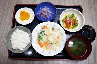 きょうのお昼ごはんは、親子煮・雨のおかか和え・さつま芋煮・みそ汁・くだものでした。