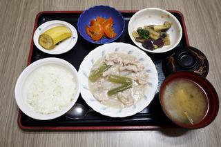 きょうのお昼ごはんは、豚肉と大根の治部煮風・蒸しなすの生姜和え・じゃこ人参・みそ汁・くだものです。