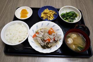 きょうのお昼ごはんは、和風ポトフ・青菜の旨味和え・卵炒め・みそ汁・くだものでした。