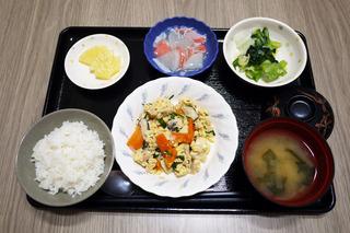 きょうのお昼ごはんは、ツナと高野豆腐の卵とじ・生姜和え・くず煮・みそ汁・くだものでした。