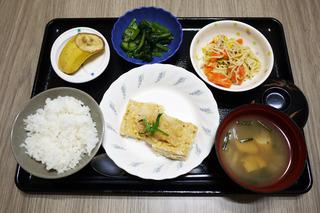 きょうのお昼ごはんは、おろしハンバーグ・アスパラサラダ・青菜和え・みそ汁・くだものでした。
