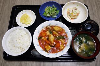 きょうのお昼ごはんは、メカジキのトマト煮・ポテトサラダ・浅漬け・みそ汁・くだものでした。