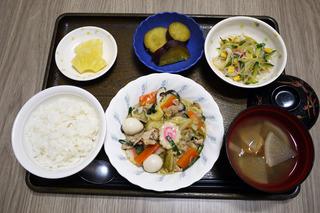 きょうのお昼ごはんは、八宝菜・春雨サラダ・さつま芋煮・みそ汁・くだものでした。