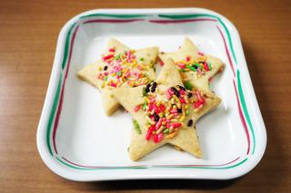 きょうのおやつは、お星さまクッキーです。七夕の飾りつけにちなんで、午前中にご利用されているみなさんと作りました。