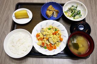きょうのお昼ごはんは、五目卵焼き・おろし和え・含め煮・みそ汁・くだものでした。