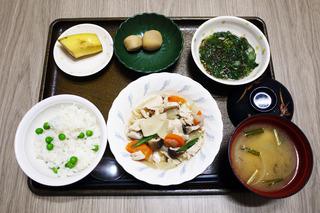 きょうのお昼ごはんは、筑前煮・もずく和え・里芋煮・みそ汁・くだものでした。