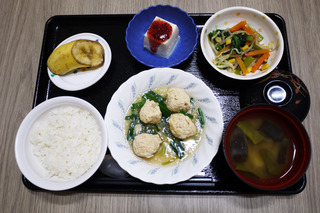きょうのお昼ごはんは、鶏つくね煮・天かす和え・梅香味奴・みそ汁・くだものでした。