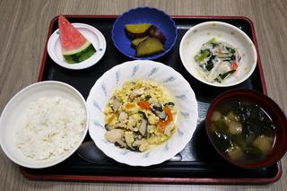 きょうのお昼ごはんは、親子煮・甘酢和え・じゃが煮・味噌汁・果物でした。