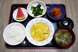 きょうのお昼ごはんは、ねぎ卵焼きの甘酢あん・和え物・ニンジンの和風ピクルス・味噌汁・果物でした。