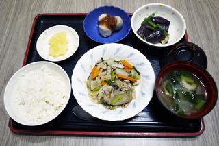 今日のお昼ごはんは、豚肉と根菜の炒め物・和え物・里芋のみそだれ・味噌汁・くだものでした。