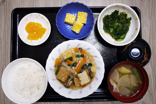 今日のお昼ごはんは、厚揚げのあんかけ煮・青菜和え・じゃこねぎ卵焼き・味噌汁・くだものでした。