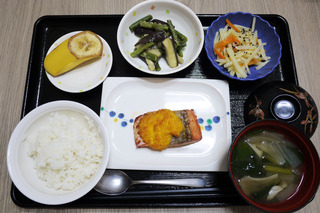 きょうのお昼ごはんは、厚揚げのあんかけ煮・青菜和え・じゃこねぎ卵焼き・味噌汁・くだものでした。