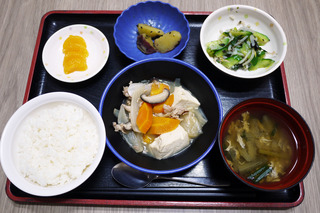 きょうのお昼ごはんは、肉豆腐・焼きのり和え・大学芋煮・味噌汁・くだものでした。