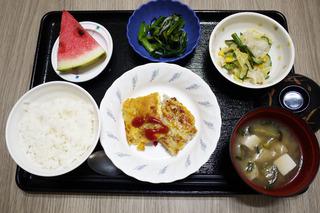 きょうのお昼ごはんは、挽肉とじゃがいものピカタ・サラダ・塩昆布和え・味噌汁・くだものでした。