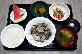 きょうのお昼ごはんは、豚肉となすのみそ炒め・トマトとみょうがのサラダ・含め煮・味噌汁・くだものでした。