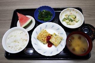 きょうのお昼ごはんは、具だくさんハンバーグ・ポテトサラダ・和え物・味噌汁・くだものでした。