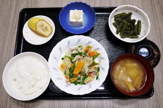 きょうのお昼ごはんは、肉野菜炒め・いんげんのごま和え・ねぎ塩奴・味噌汁・くだものでした。