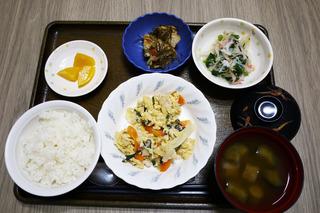 きょうのお昼ごはんは、親子煮・おろし和え・含め煮・みそ汁・くだものでした。