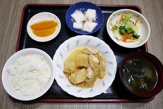 きょうのお昼ごはんは、鶏肉とじゃがいものみそ煮込み・和え物・くずあん・みそ汁・くだものでした。