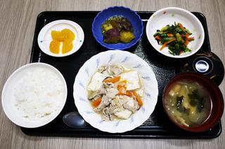 きょうのお昼ごはんは、肉豆腐・梅おかか和え・大学芋煮・みそ汁・くだものでした。