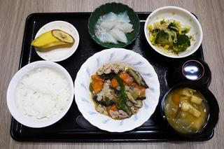 きょうのお昼ごはんは、豚肉となすのみそ炒め・和え物・大根のくず煮・みそ汁・くだものでした。