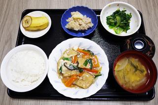 きょうのお昼ごはんは、厚揚げのあんかけ煮・青菜和え・ツナマヨポテト・みそ汁・くだものでした。