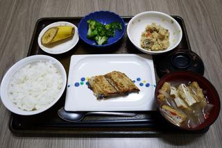 きょうのお昼ごはんは、鰆のごま焼き・炒りおから・ワサビ和え・みそ汁・くだものでした。