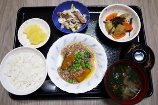 きょうのお昼ごはんは、かぼちゃのそぼろあん・柿と白菜のサラダ・含め煮・みそ汁・くだものでした。
