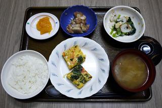 きょうのお昼ごはんは、千種焼き・具だくさんおろし・里芋のおかかポン酢和え・みそ汁・くだものでした。