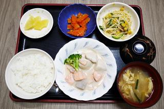 きょうのお昼ごはんは、鮭と里芋のシチュー・サラダ・人参の粒マスタード和え・みそ汁・くだものでした。