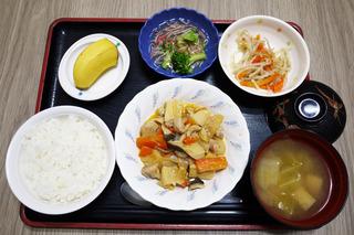 きょうのお昼ごはんは、鶏肉のみそ炒め・かにかまあん・ナムル・みそ汁・くだものでした。