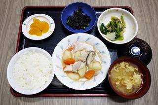 きょうのお昼ごはんは、吉野煮・なめたけ和え・ひじきの酢みそ和え・みそ汁・くだものでした。