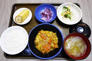 きょうのお昼ごはんは、鶏肉と大豆のカレー煮・サラダ・大根の梅和え・みそ汁・くだものでした。