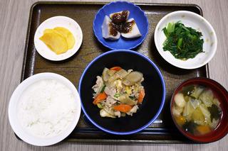 きょうのお昼ごはんは、豚肉と根菜の炒め煮・和え物・里芋のみそだれ・みそ汁・くだものでした。