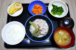 きょうのお昼ごはんは、かぶと豚肉の治部煮風・和え物・じゃこ人参・みそ汁・くだものでした。