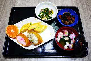 きょうのお昼ごはんは、いなりずし・卵焼き・和え物・ひじき煮・お吸い物・くだものでした。七五三のお祝い膳でした。
