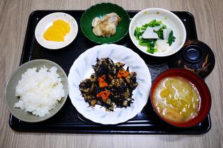 きょうのお昼ごはんは、磯炒め・和え物・里芋のおかかポン酢和え・みそ汁・くだものでした。