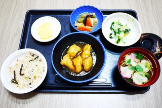 きょうのお昼ごはんは、おこわ・ささみ揚げ煮・ゆず浸し・含め煮・お吸い物・くだものでした。