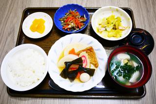 きょうのお昼ごはんは、おでん・ハムと白菜のカレー和え・きんぴら・みそ汁・くだものでした。