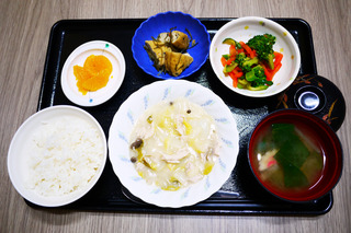 きょうのお昼ごはんは、鶏肉と白菜のカレー和え・きんぴら・みそ汁・くだものでした。