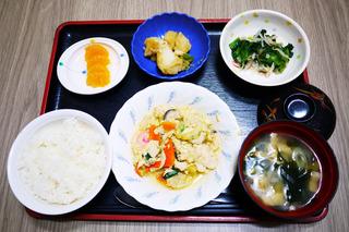 きょうのお昼ごはんは、親子煮・おろし和え・じゃが煮・みそ汁・くだものでした。