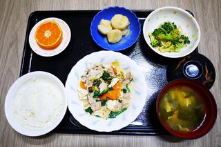 きょうのお昼ごはんは、すき焼き風煮・ごま和え・大学芋煮・みそ汁・くだものでした。