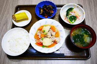 きょうのお昼ごはんは、肉じゃが・ひじき煮・かにかまあん・みそ汁・くだものでした。