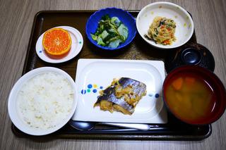 きょうのお昼ごはんは、鰆のねぎみそ焼き・白和え・煮物・みそ汁・くだものでした。