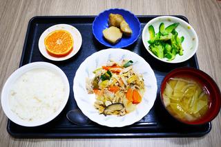 きょうのお昼ごはんは、豚肉と根菜の炒め煮・わさび和え・里芋の煮っころがし・みそ汁・くだものでした。