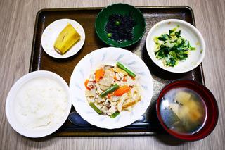 きょうのお昼ごはんは、筑前煮・和え物・ひじきの酢みそ和え・みそ汁・果物でした。