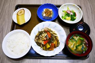 きょうのお昼ごはんは、豚肉と切り昆布の炒め煮・和え物・煮奴・みそ汁・果物でした。