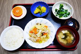 きょうのお昼ごはんは、肉野菜炒め・和え物・カレー煮・みそ汁・果物でした。