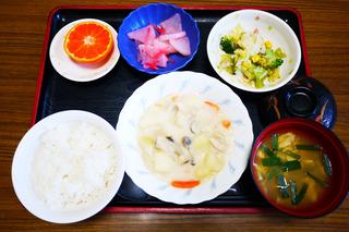 きょうのお昼ごはんは、クリームシチュー・サラダ・浅漬け・みそ汁・果物でした。